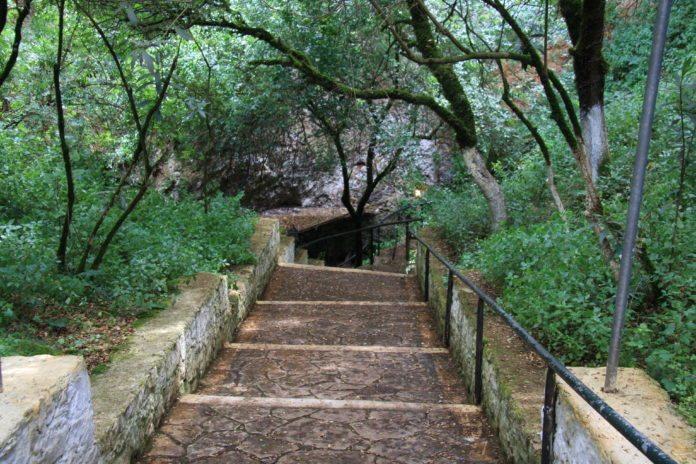 Treppe zur Drogarati Tropfsteinhoehle